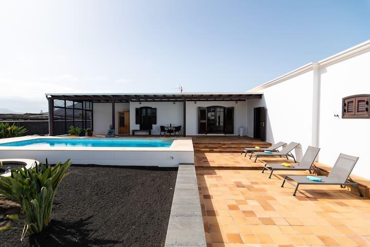 PRECIOSA VILLA  con increíbles jardines y piscina