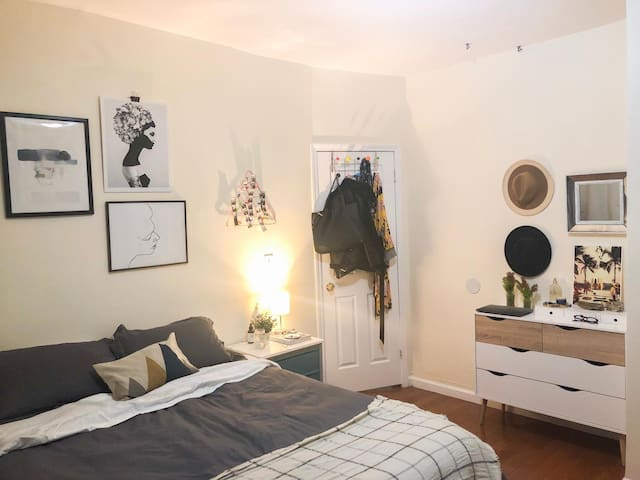 Huge sunny room in the heart of Williamsburg!