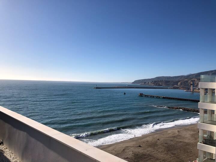 Appartement aan het strand met berg uitzicht