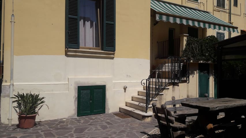 "Family-friendly garden flat ""Villa Acilii"""