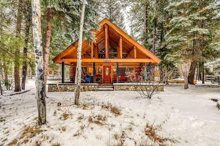 Lovely cabin w/fireplace, firepit & deck-walk everywhere, 2 dogs OK