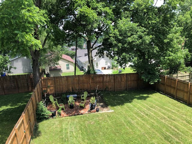Lagre fenced yard with privacy fence