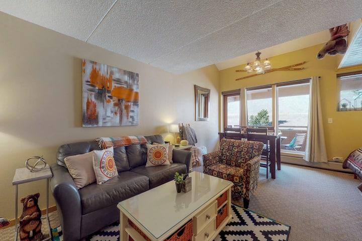 Lovely condo w/ a shared hot tub, sauna, & gym - walk to the lifts!