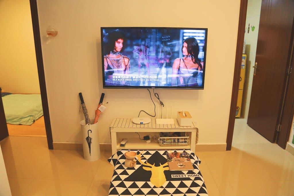 在客厅看电视 watching TV in the living room