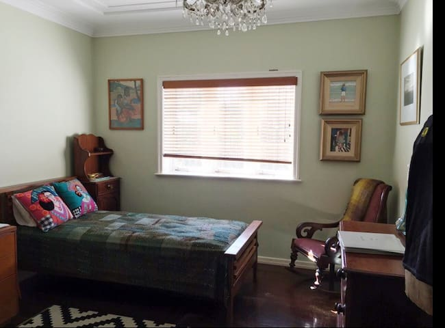 Room in huge family home - Ashgrove