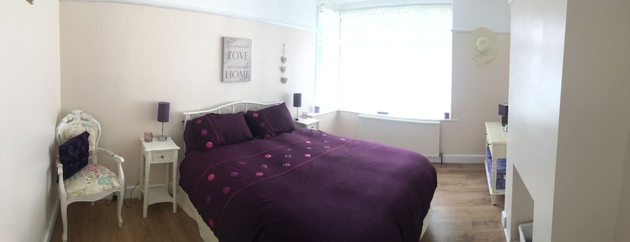 Large comfortable 2 bed close to travel