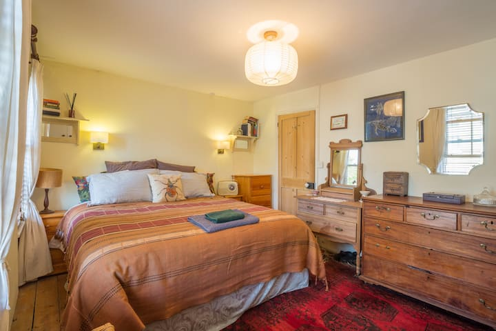 Central King bed long stay welcomed