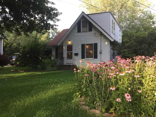 Cute, Cozy 3BR house with parking - Iowa City - Huis
