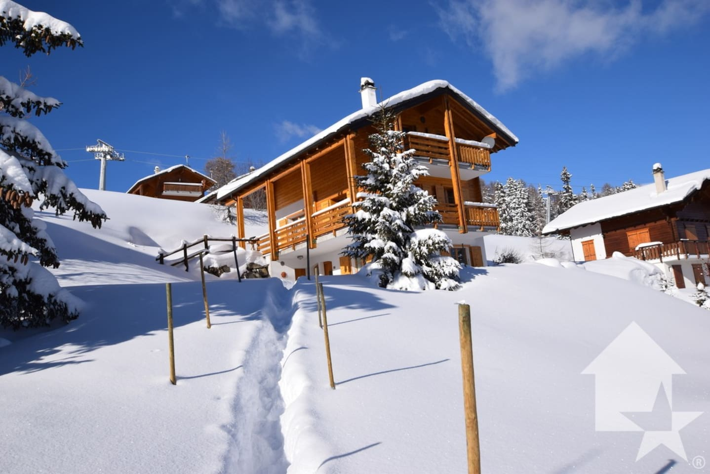 This is l'Estive, a charming chalet accomodating 7 people at an altitude of 2000m offering ski-in/out access to the 4 Vallées resort.