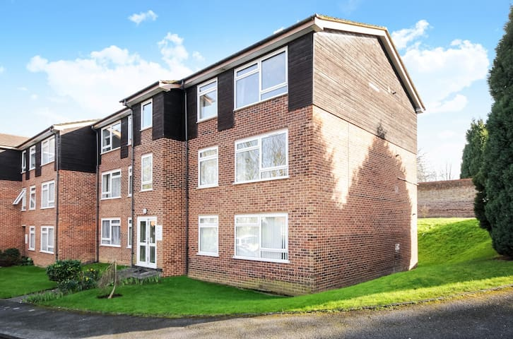 TWO BED FLAT ENGLEFIELD GREEN CLOSE TO RHUL #GC2 - Englefield Green - Leilighet