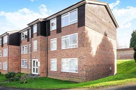 TWO BED FLAT ENGLEFIELD GREEN CLOSE TO RHUL #GC2 - Englefield Green