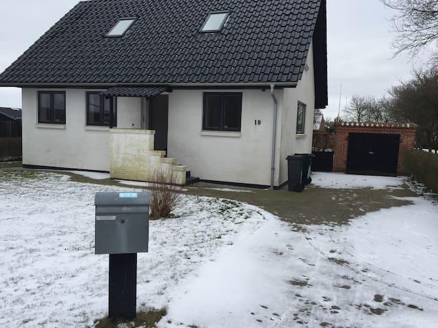 Hus tæt på Esbjerg Lufthavn og centrum