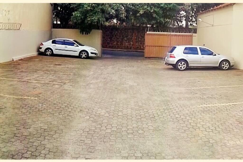 Estacionamento fechado, filmado e com guarda.