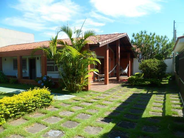 Ampla Casa Térrea a menos de 200 mts da Praia - Peruíbe