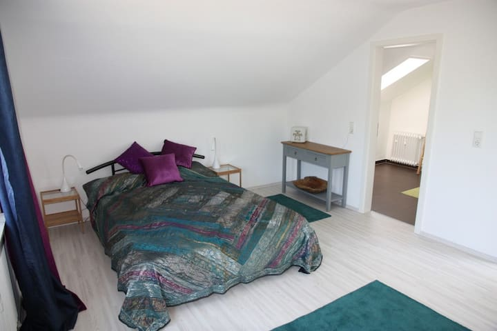 Bright room with great view and private bathroom - Winterbach - Huis