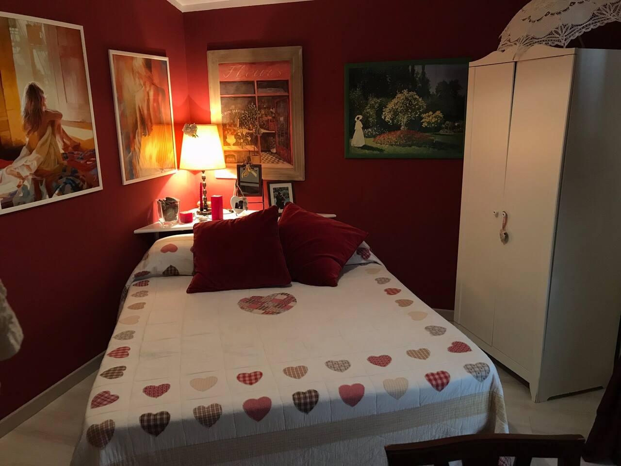Camera con letto matrimoniale a disposizione degli ospiti