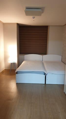 이안하우스^^ 2개룸으로  침실(싱글침대2개).거실로 2개의 룸으로 된 하우스예요^^
