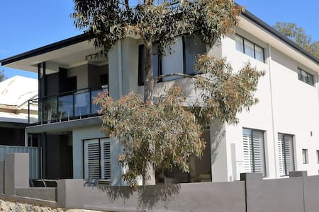 Modern new house 4 bedrooms 3 bathrooms 4km to CBD - Maylands
