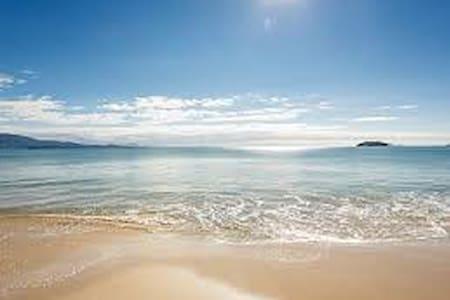Linda suíte próxima da praia - フロリアノポリス - アパート
