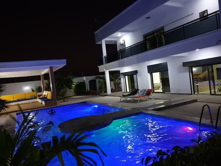 Superbe Villa moderne avec piscine adossée au Golf