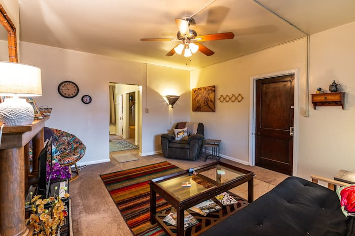 Private 1st Floor Apartment, 15 mins to downtown