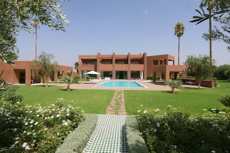 INCREDIBLE VILLA A MARRAKECH UP TO 16 GUEST - マラケシュ - 別荘