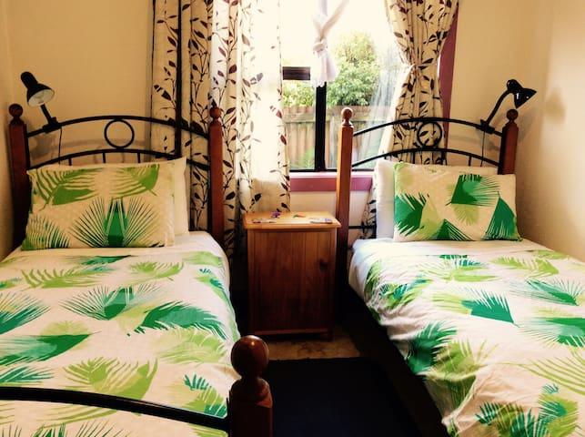 Free breakfast & wifi. 2 beds, near shops & park.