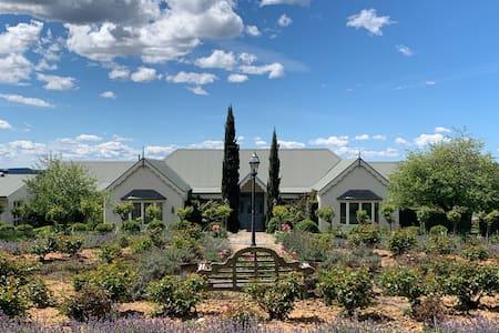 McKeowns RestB&B - Farmstay (Heritage Room)