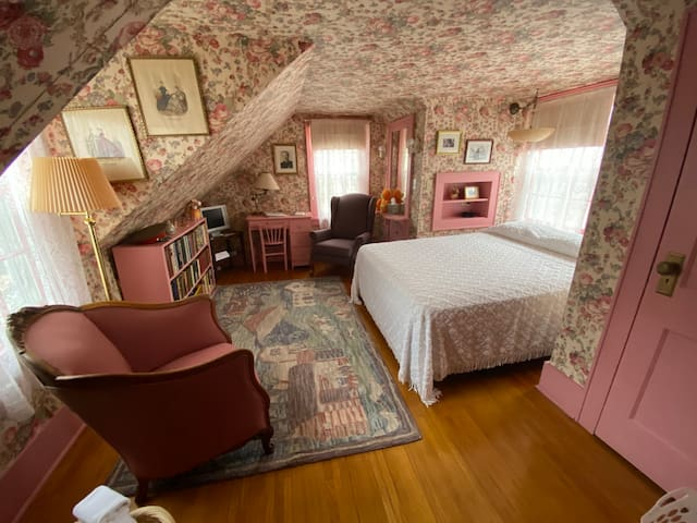 Whiterock Conservancy - Elizabeth's Loft in the Historic Garst Farmhouse