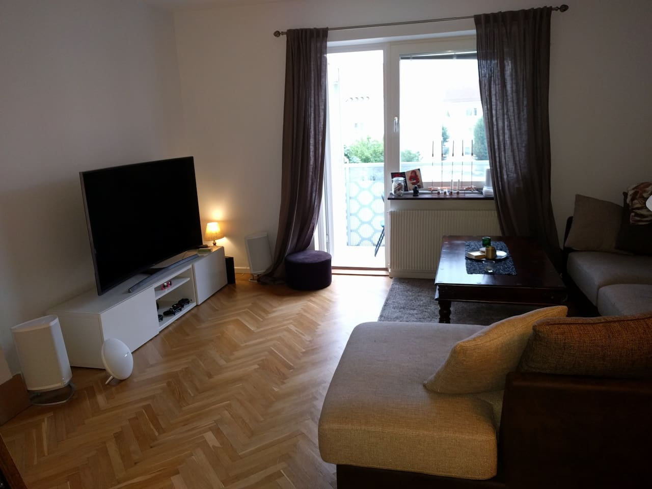 """Rymligt vardagsrum, soffa för 6pers, balkong, ljudanläggning, ps4 och 65"""" TV"""
