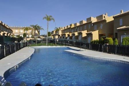 Casa adosada tranquila urbanizacion a 1 km playa - Casa
