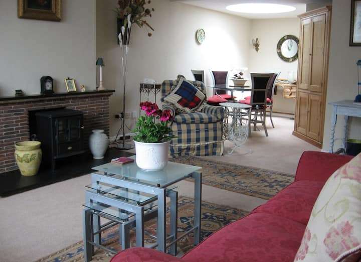 Sunny, comfortable first floor flat with terrace.