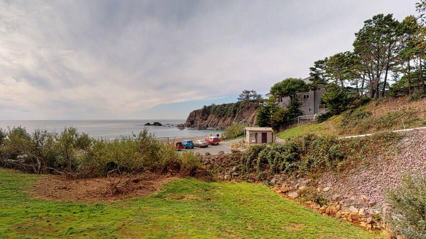 Garden-level dog-friendly oceanfront suite w/ private patio & beach access!