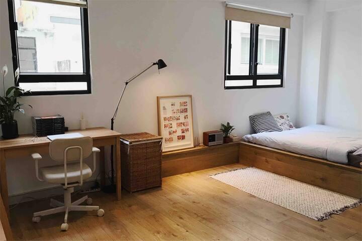 Minimalist studio flat in trendy Sheung Wan