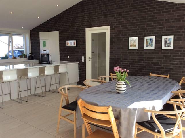 Modern rooms private bathroom nearby beach & Århus