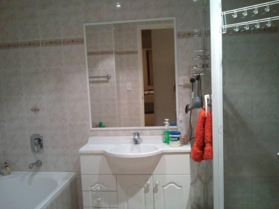 清新洁净的浴室。