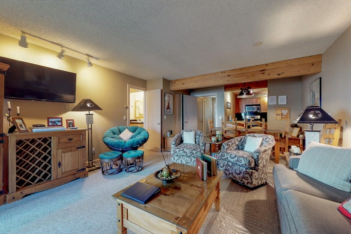 Cozy condo w/shared hot tub & sauna, beautiful views & steps from lifts!