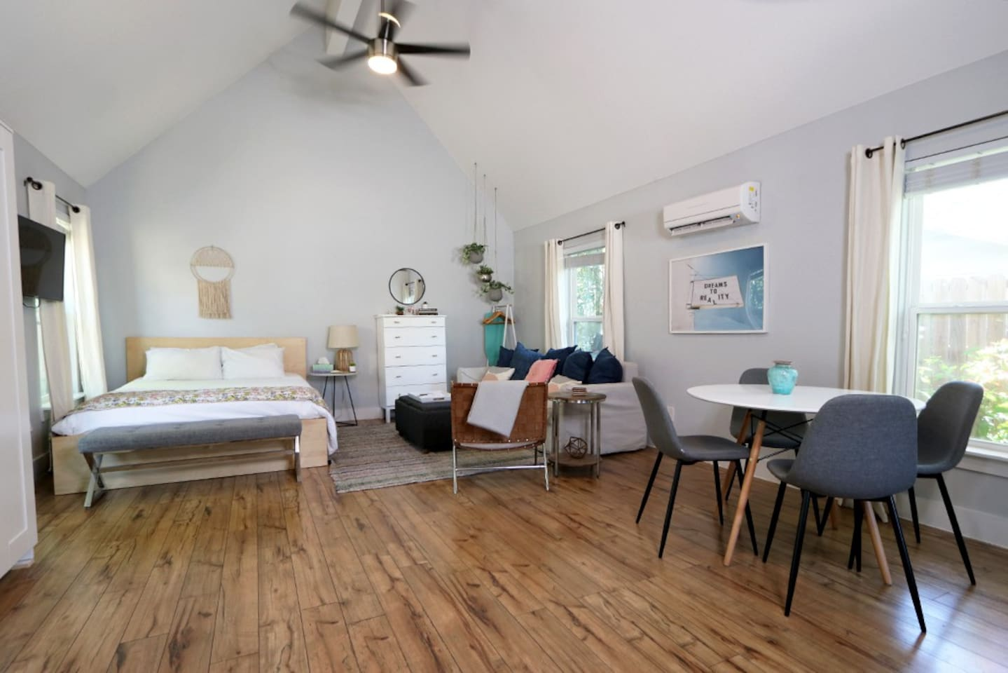 While visiting Austin, you can call this guesthouse/studio your home away from home. Perfect for a single traveler or a couple, this open-floor guesthouse will definitely suit your needs.
