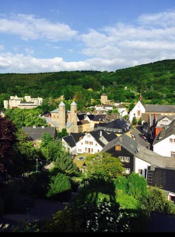 Blick von der Stadtmauer im Südwesten auf die Stadt Bad Münstereifel
