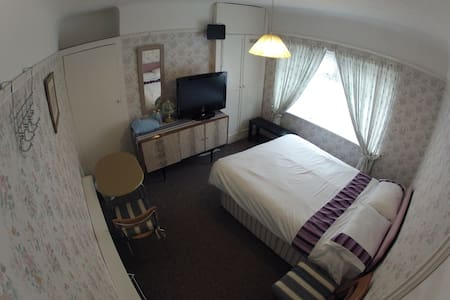 Double room in a great location - Ellesmere Port - House