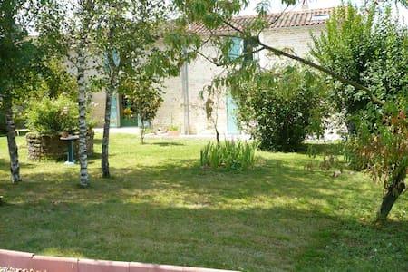 Maison spacieuse au calme, 20 ares de jardin - Coulonges-sur-l'Autize - Hus