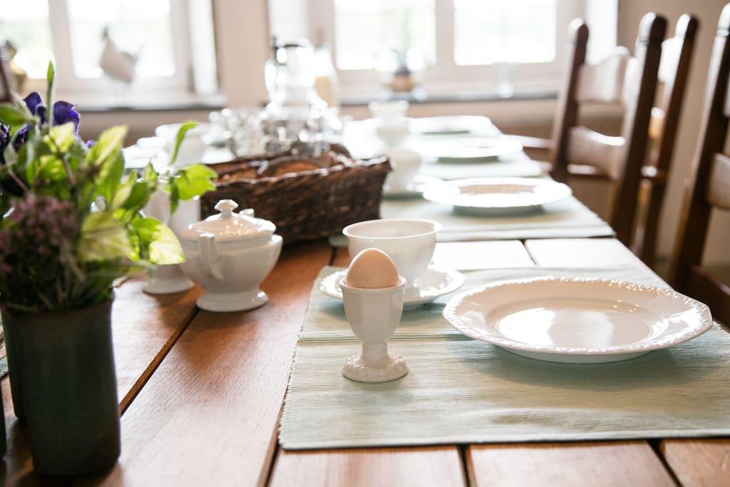 Gemütliches Frühstück mit regionalen Produkten und vielen Bioprodukten