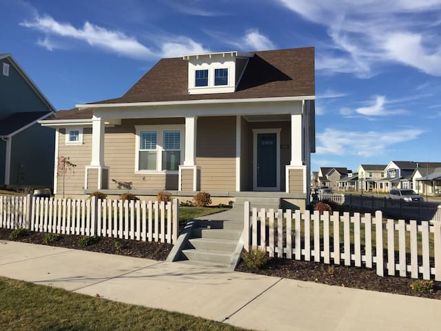 Designer Cottage by the Lake (Private-Lower Level) - South Jordan - Dom