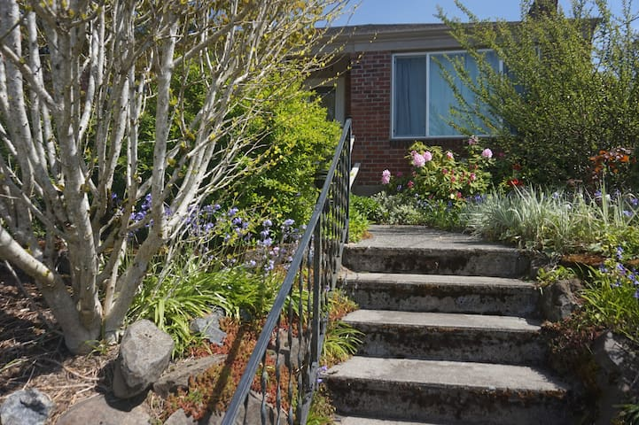 Quiet Seattle Home IDEAL for Small Kids
