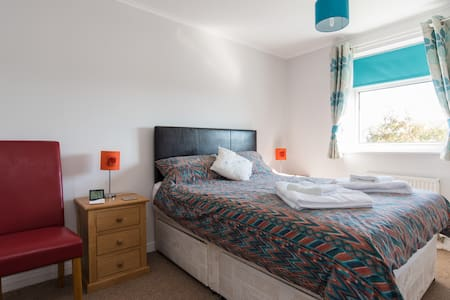 Modern double room close to Beach & amenities - Hus