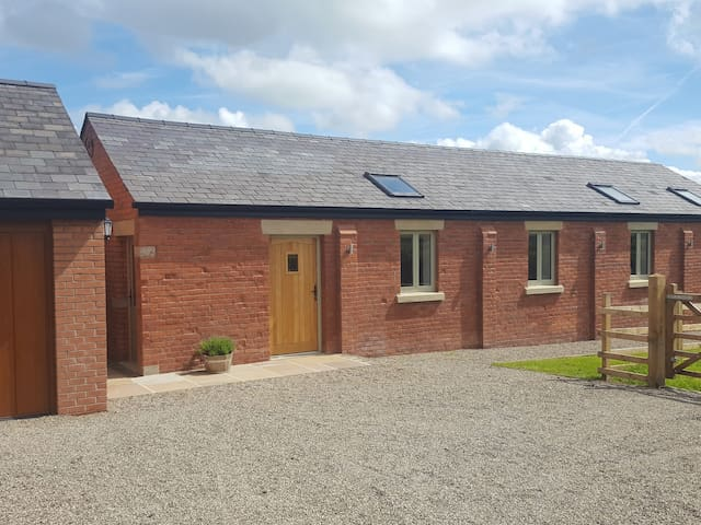 THE SHIPPON AT CURTIS HOUSE, family friendly in Longridge, Ref 958736