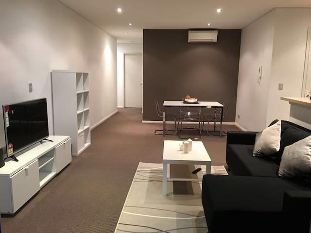 Modern one bedroom unit Sydney +Parking*