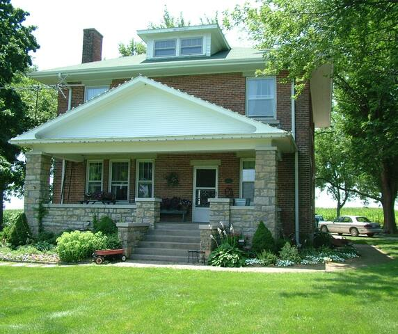 Red Brick Farmhouse Bed & Breakfast - Higginsville - Bed & Breakfast