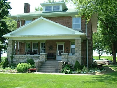 Red Brick Farmhouse Bed & Breakfast - Higginsville