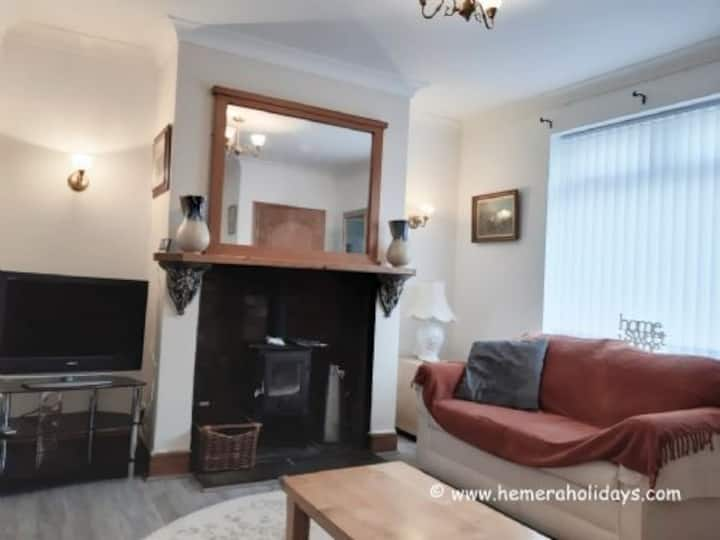 Marine Cottage, a gorgeous 2 bedroom cottage 1 min from Newbiggin Beach.  Dog friendly, lots of bars, restaurants and shops - Maritime Museum and lots to explore